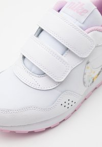 Nike Sportswear - MD VALIANT  - Sneakers laag - white/light arctic pink - 5