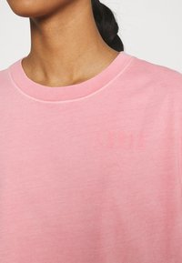 Levi's® - GRAPHIC VARSITY TEE - T-shirt con stampa - pink - 5