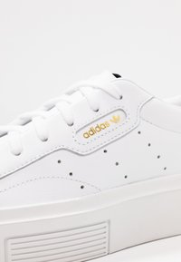 adidas Originals - SLEEK SUPER  - Sneakersy niskie - footwear white/crystal white/core black - 2