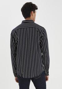Casual Friday - Shirt - navy blazer - 2