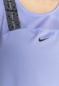 Nike Performance - W NP DRY ELSTK  - Camiseta de deporte - light thistle/black - 5