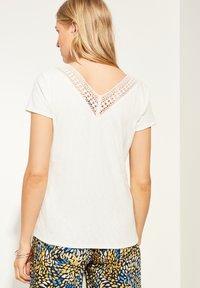 comma - MIT HÄKELSPITZE - Print T-shirt - white - 2