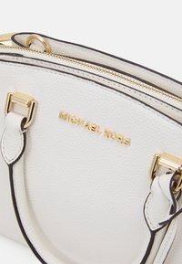 MICHAEL Michael Kors - MAXINE MESSENGER - Bolso de mano - optic white - 5