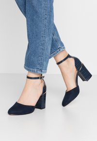 Dorothy Perkins Wide Fit - WIDE FIT DEBS ROUND TOW TWO PART COURT - Zapatos altos - navy - 0