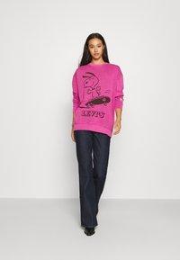 Levi's® - LEVI'S X PEANUTS UNBASIC CREW - Sweater - fuschia red - 1