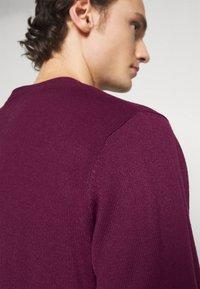 Newport Bay Sailing Club - CREW - Stickad tröja - burgundy - 5