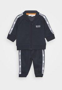 BOSS Kidswear - TRACK SUIT BABY SET - Pantalon de survêtement - navy - 0