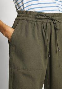 Kaffe - KAPOCKY PANTS - Pantalon classique - grape leaf - 4