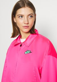 Nike Sportswear - W NSW ICN CLSH LNG JKT SATIN - Summer jacket - hyper pink - 3