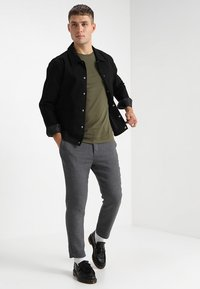 Jack & Jones - JJEPOCKET TEE SS O-NECK - T-Shirt basic - olive night - 1