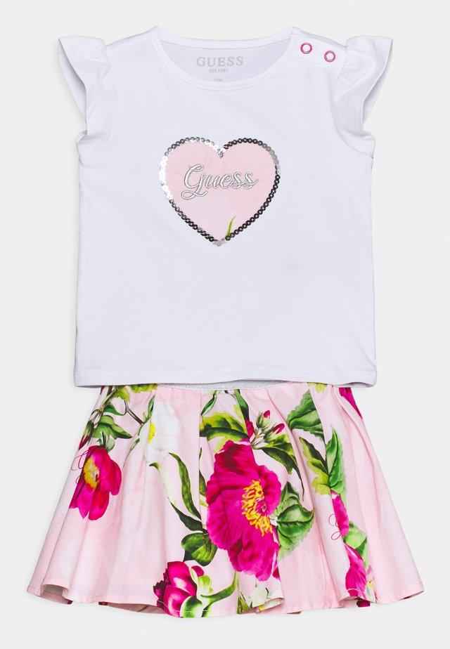 SKIRT SET - Camiseta estampada - true white