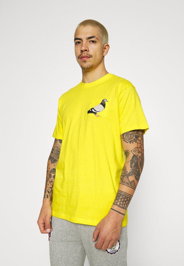 POCKET TEE UNISEX - Printtipaita - yellow
