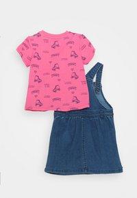 Tommy Hilfiger - BABY DUNGAREE DRESS SET - Robe en jean - denim medium - 1