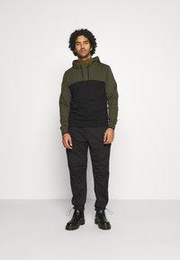 Calvin Klein - COLOR BLOCK HOODIE - Sweat à capuche - green - 1