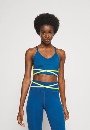 INDY BRA - Brassières de sport à maintien léger - court blue/pink glaze/university gold/white