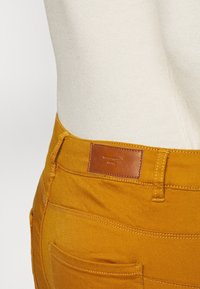 Vero Moda Tall - VMHOT SEVEN MR SLIM PUSH UP PANT - Trousers - buckthorn brown - 4