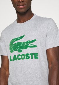 Lacoste - T-shirt med print - silver chine - 4