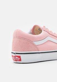 Vans - OLD SKOOL - Tenisky - powder pink/true white - 5