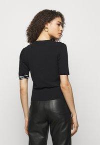 KARL LAGERFELD - PUFF LOGO - T-shirt imprimé - black - 2