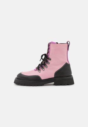 BUNDY - Šněrovací kotníkové boty - black/feeling pink/orchid