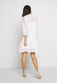 Marc O'Polo DENIM - DRESS BROIDERY ANGLAISE - Freizeitkleid - white - 2