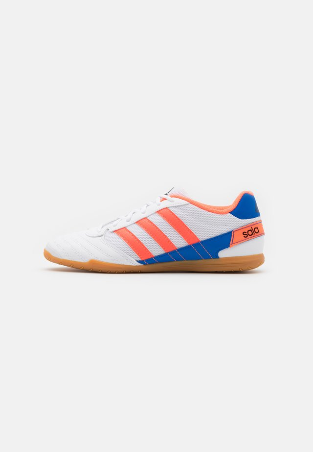 SUPER SALA - Botas de fútbol sin tacos - footwear white/signal coral/glow blue
