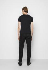 Belstaff - T-shirt con stampa - black - 2