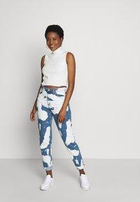 Nudie Jeans - BREEZY BRITT - Straight leg -farkut - tie dye - 1