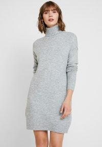 Vero Moda - VMLUCI ROLLNECK DRESS - Strikket kjole - light grey melange - 0