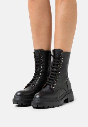 BIKER - Kotníkové boty na platformě - black dollaro