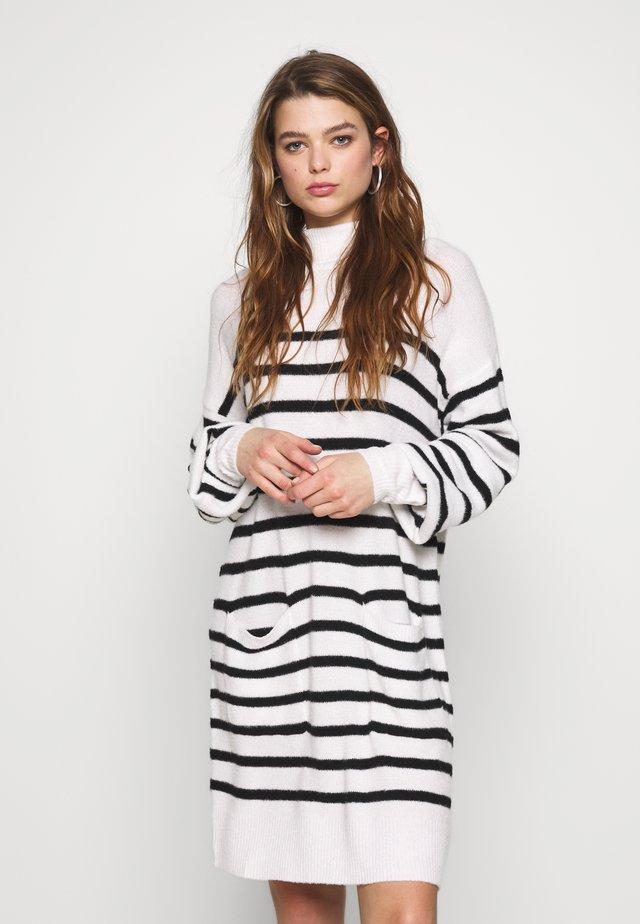 INDRHA DRESS - Pletené šaty - cream/black