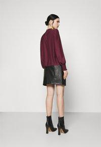 Vero Moda - VMZISSY SHORT COATED SKIRT  - Mini skirt - black - 2