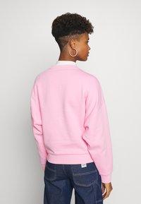 Karl Kani - SIGNATURE CREW - Sweatshirt - pink/white - 2