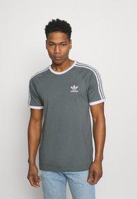 adidas Originals - STRIPES TEE - T-shirt con stampa - blue oxide - 0