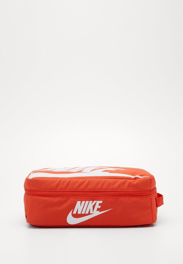 SHOEBOX UNISEX - Sportovní taška - orange/orange/white