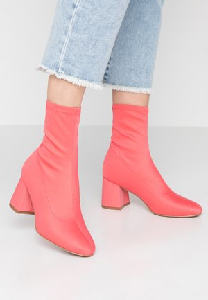 Classic ankle boots - coral