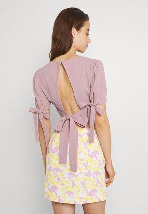 BACK TIE DETAIL CROP TOP - T-shirts med print - pink