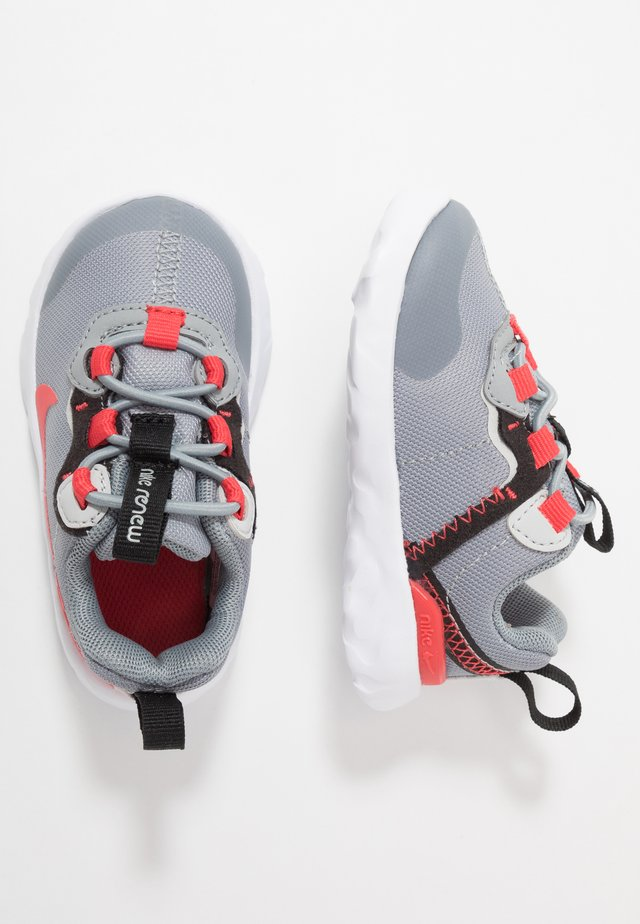 RENEW 55 - Tenisky - particle grey/track red/grey fog/black
