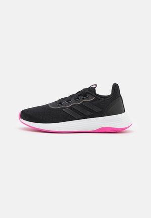 QT RACER SPORT - Hardloopschoenen neutraal - core black/screaming pink
