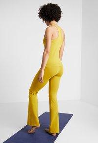 Deha - PANTA JAZZ - Pantalon de survêtement - golden lime - 2