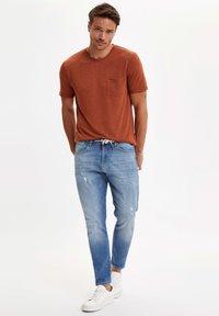 DeFacto - T-shirts basic - brown - 1