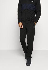 Jack & Jones Performance - JCOZPOLY SUIT BLOCKING - Survêtement - black - 3