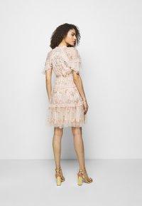 Needle & Thread - EMMA DITSY MINI DRESS - Koktejlové šaty/ šaty na párty - strawberry icing - 2