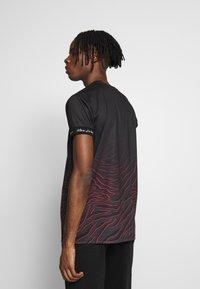 Kings Will Dream - KAYDON WITH FADE ZEBRA  - Print T-shirt - black - 2
