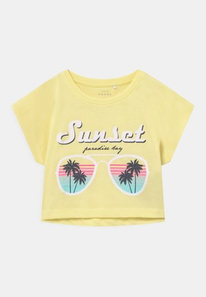 VILMA CROP - Print T-shirt - yellow pear