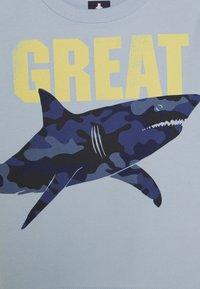 GAP - TODDLER BOY GRAPHICS - T-shirt z nadrukiem - harbor - 2
