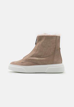 Kotníkové boty na platformě - gold