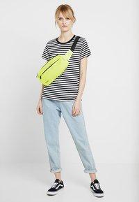 Spiral Bags - CROSSBODY BUM BAG - Ledvinka - neon yellow - 5