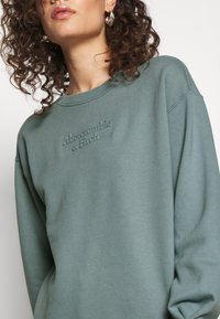 Abercrombie & Fitch - EMBOSSED LOGO PUFF SLEEVE CREW - Sweatshirt - blue - 5