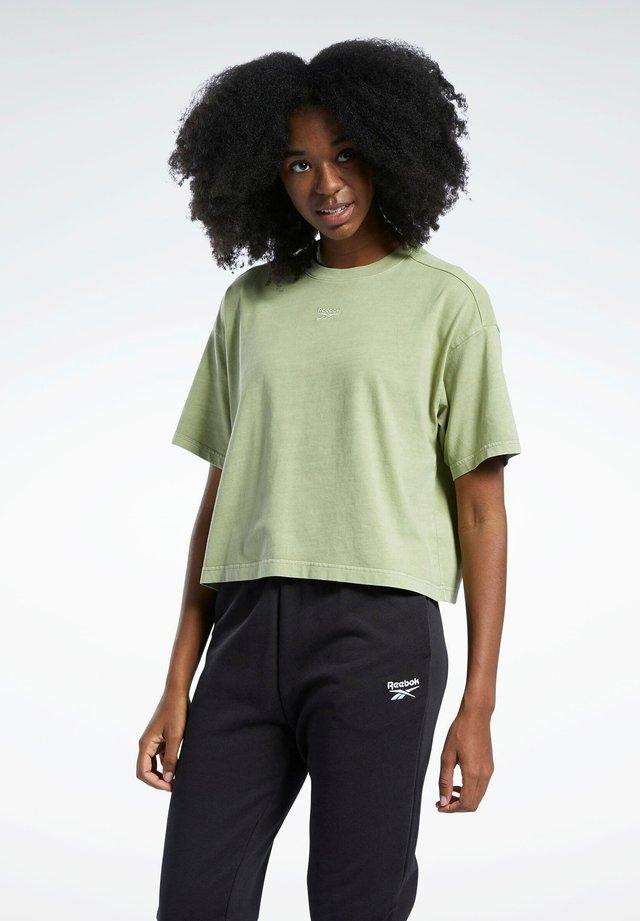 REEBOK CLASSICS NATURAL DYE CROPPED T-SHIRT - T-shirt basique - green
